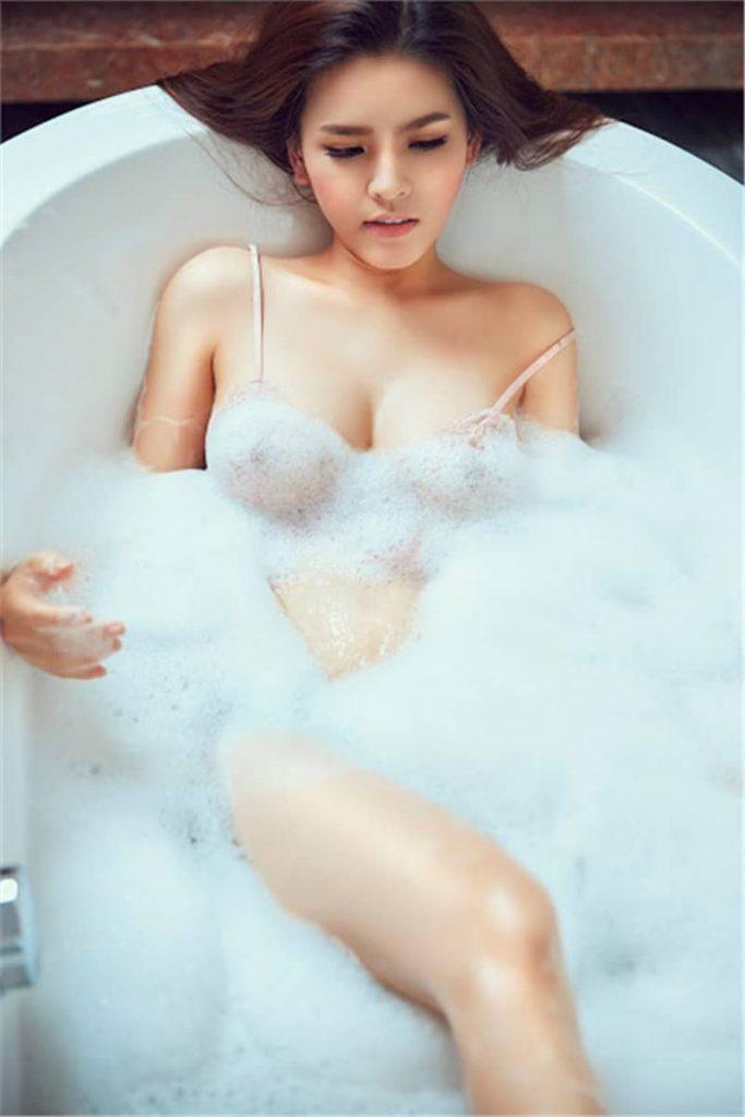 Hot girl mì gõ Phi Huyền Trang lộ cảnh nóng trong phòng tắm
